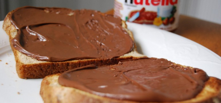 Deux tartines de Nutella - huile de palme - sucre - chocolat - noisette