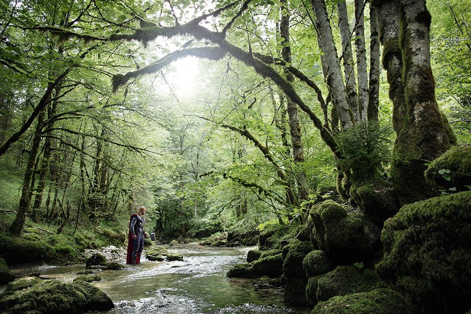 Le superhéros Thor traverse un ruisseau