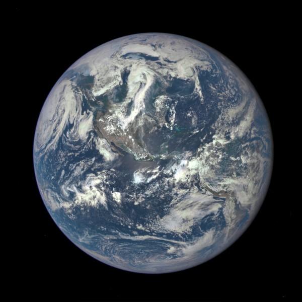 La terre en entier depuis l'espace en 2015