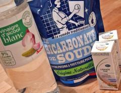 Du bicarbonate de soude, du vinaigre et des huiles essentielles bio