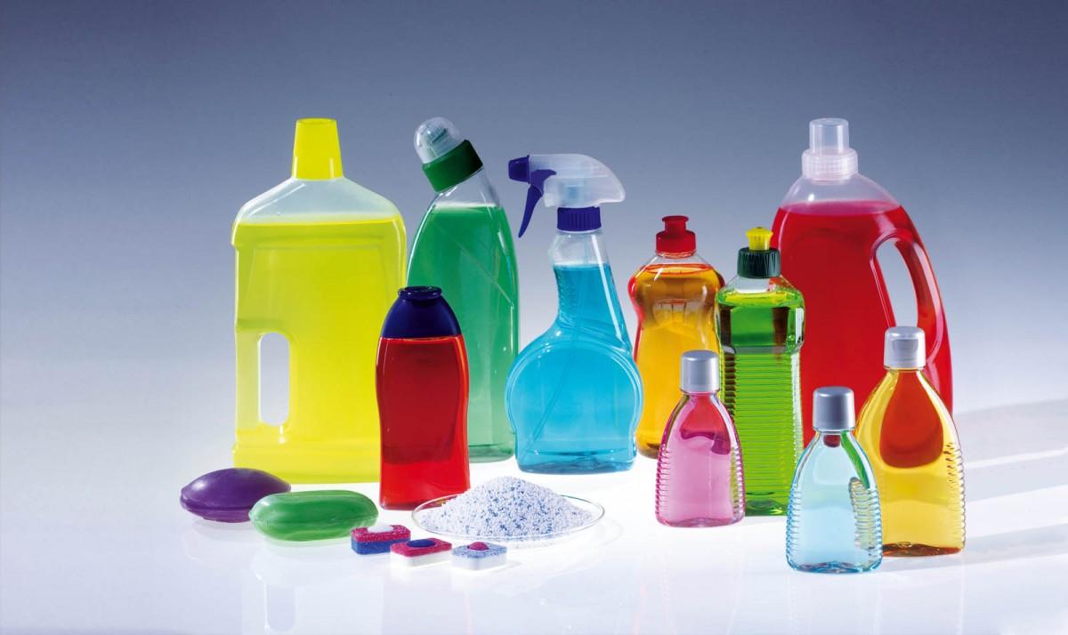Les bidons, flacons et pulvérisateurs de produits ménagers