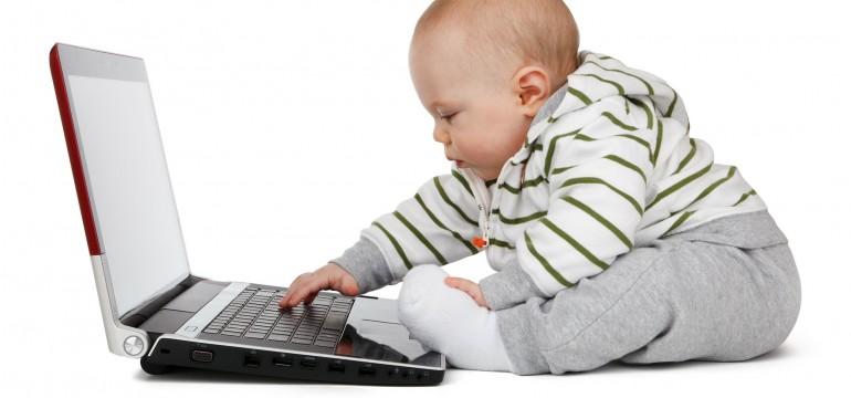 Un bébé utilise un ordinateur portable - Quels sites internet recommander aux enfants ?