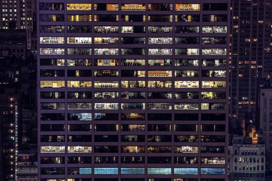 Eclairage - Des bureaux éclairés en pleine nuit
