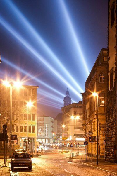 Eclairage - Une rue déserte éclairée en pleine nuit