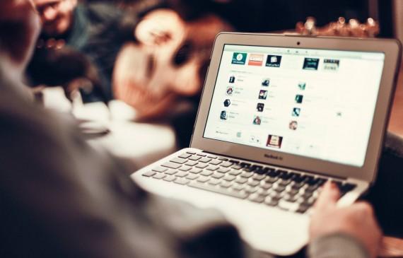 Une personne utilise son ordinateur portable pour aller sur internet